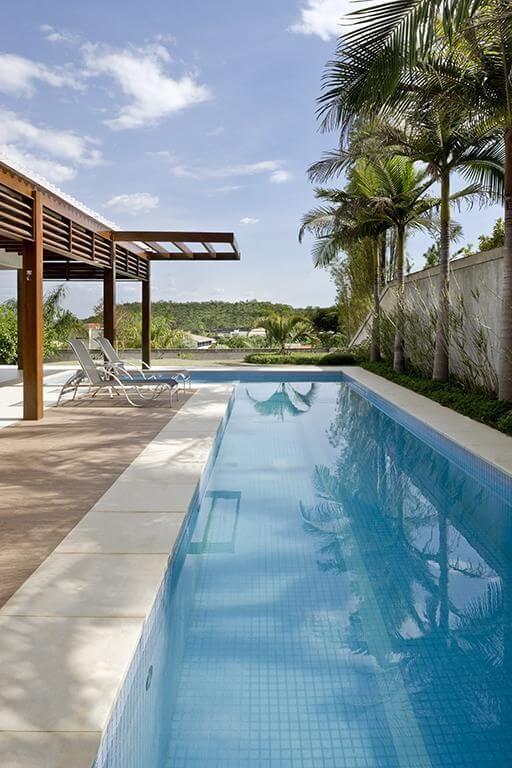 Pergolado de madeira na entrada da piscina Projeto de DG Arquitetura1