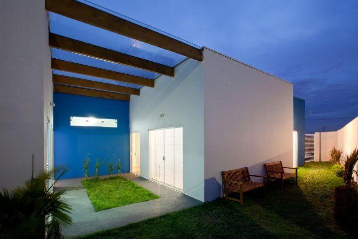 Quintal com pergolado de madeira com telhado de vidro Projeto de Brunete Fraccaroli