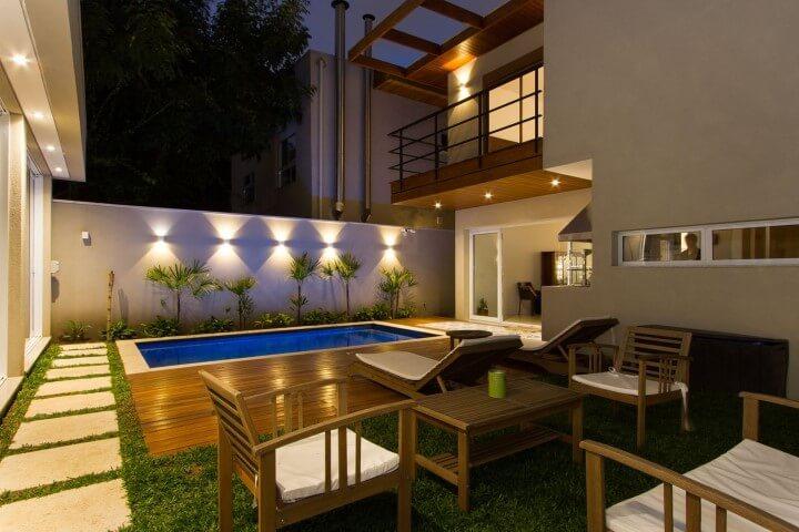 Quintal com pergolado de madeira sobre a varanda suspensa Projeto de Otoni Arquitetura