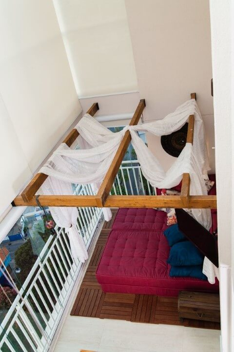 Sala com pergolado de madeira Projeto de Marcia Rubinatti