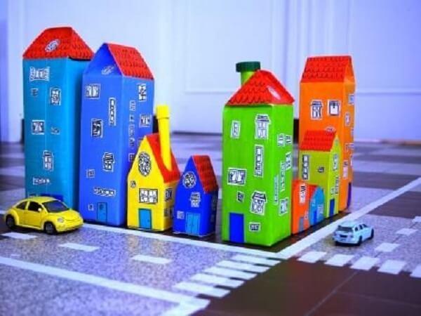 O artesanato com caixa de leite forma casinhas coloridas