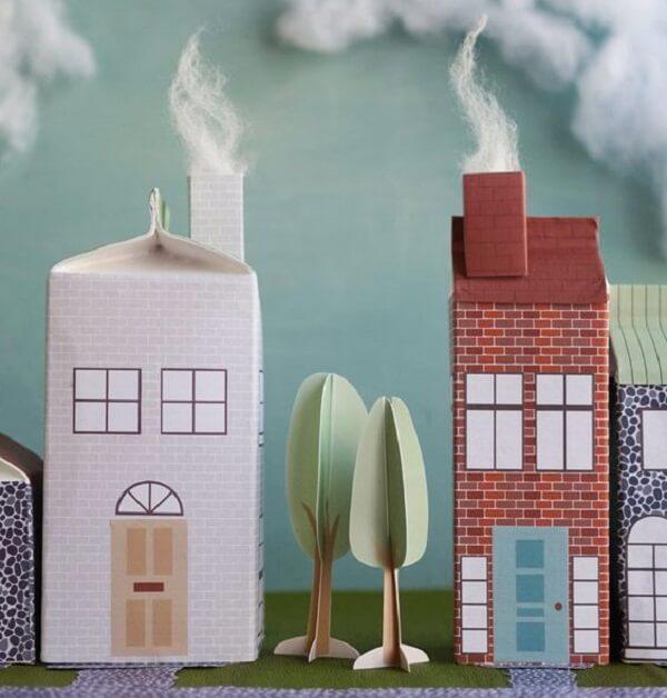 O artesanato com caixa de leite forma cidadezinhas