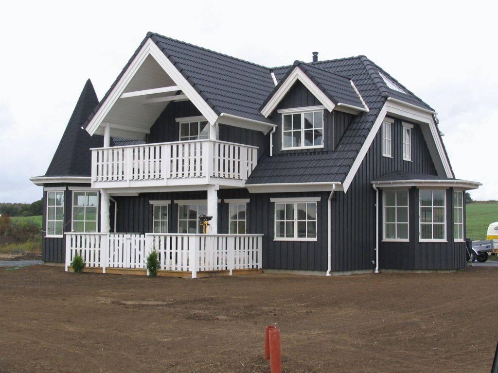 casas de madeira com madeira pintada de preto