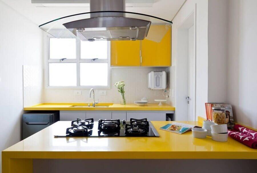 cozinha compacta branca com balcão amarelo