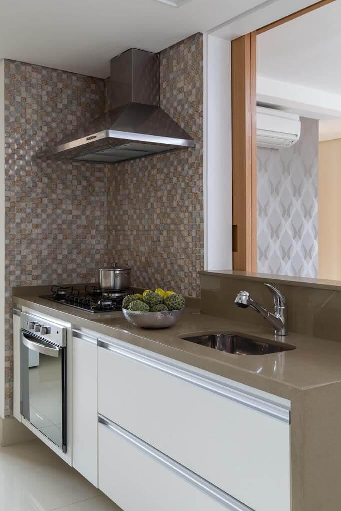 Cores neutras podem deixar a cozinha compacta mais charmosa Projeto de Ana Yoshida