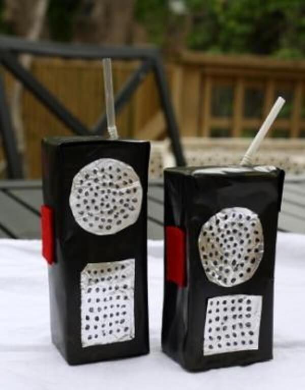 A estrutura da caixa de leite imita um rádio de comunicação