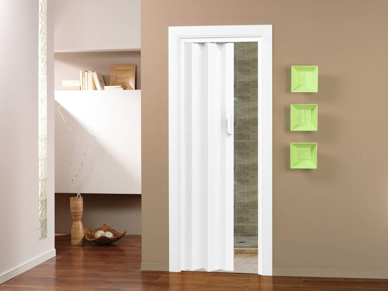 Porta sanfonada branca é perfeita para um banheiro pequeno #3F2617 1500 1125