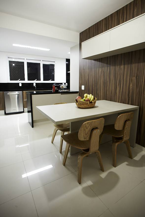 Sobretudo em áreas frias, como a cozinha e o banheiro, é preciso ter cuidado para manter o porcelanato brilhando sem agredir o material. Projeto da arquiteta Eliane Mesquita, de São Paulo.