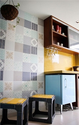 Adesivo para azulejo de cozinha em ambiente colorido Projeto de Studio Due Arquitetura