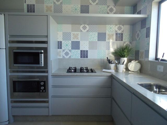 Adesivo para azulejo de cozinha em cores claras Projeto de Paula Correa Pereira