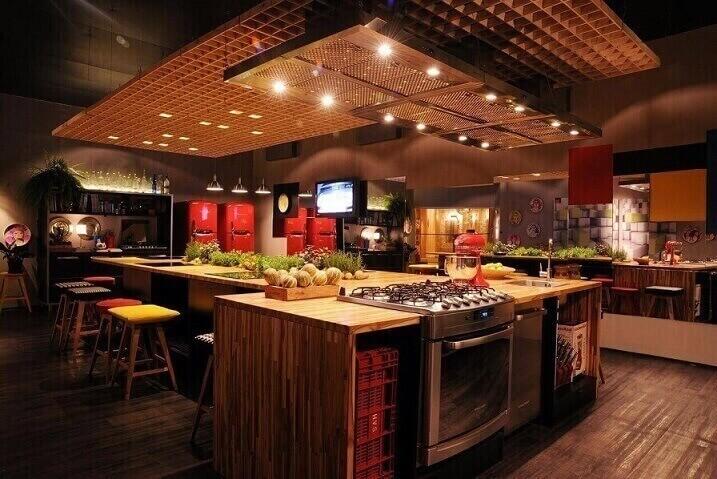 Cozinhas-modernas-amplas-com-projeto-de-iluminação-Projeto-de-Cristina-Bozian
