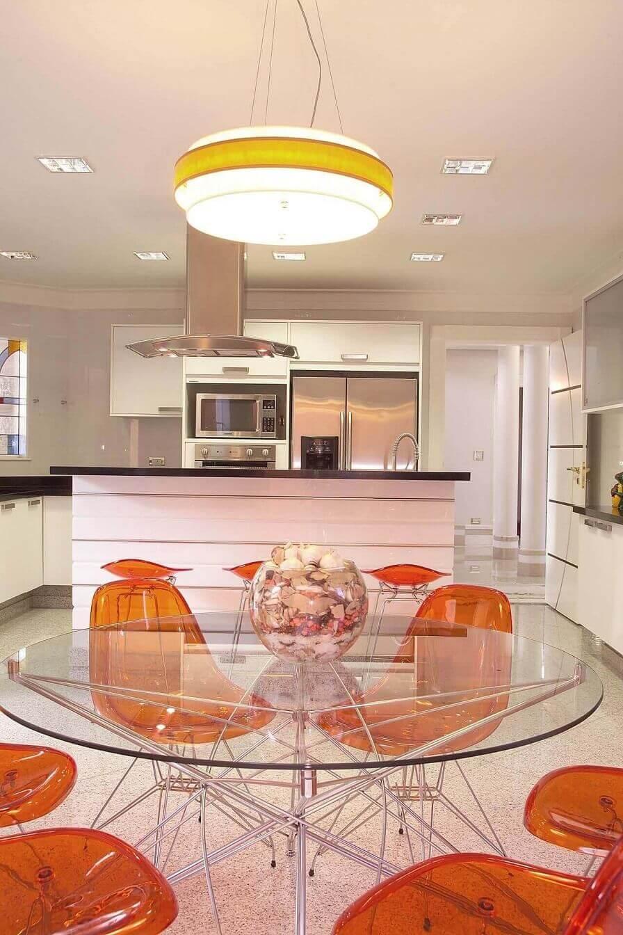 Cozinhas-modernas-com-móveis-planejados-e-projeto-de-iluminação-Projeto-de-Aquiles-Nicolas-Kilaris