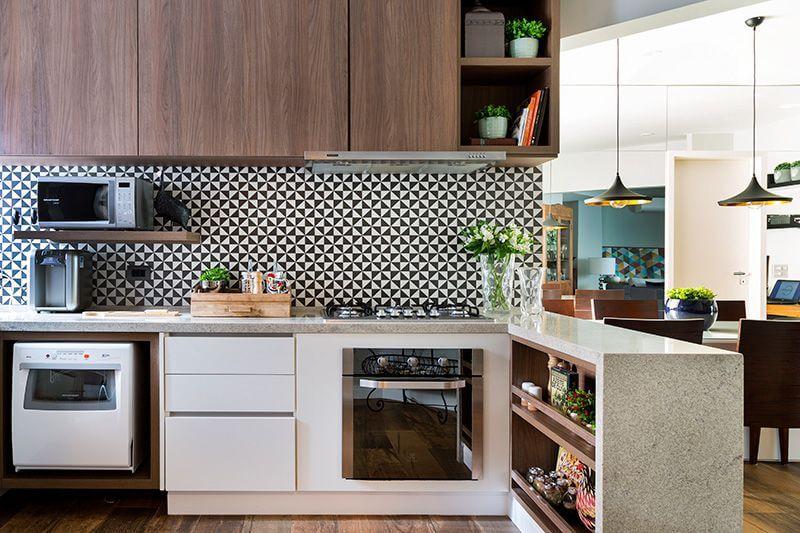 Cozinhas modernas com rodabanca em preto e branco Projeto de Studio Novak