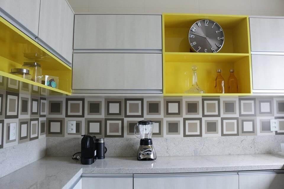Cozinhas modernas com rodabanca geométrica e móveis planejados Projeto de Lorena Lelis