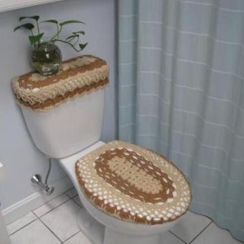 Jogo de banheiro de crochê bege e marrom