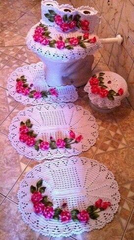 Jogo de banheiro de crochê branco com flores rosas