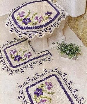 Jogo de banheiro de crochê com borda azul e flores