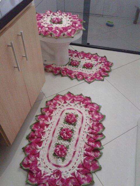 Jogo de banheiro de crochê com borda diferente rosa com flores