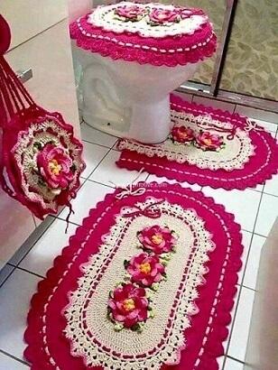 Jogo de banheiro de crochê com borda rosa e flores