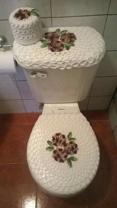 Jogo de banheiro de crochê com detalhe de flores