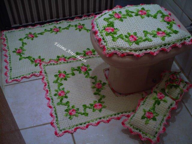 Jogo de banheiro de crochê com flores e borda rosa
