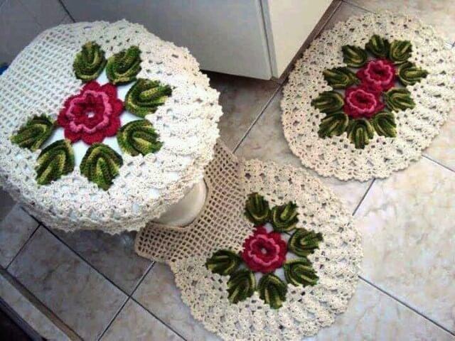 Jogo de banheiro de crochê com flores rosas e folhas verdes