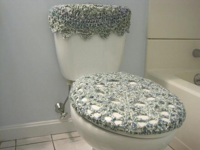 Jogo de banheiro de crochê discreto em azul