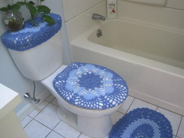 Jogo de banheiro de crochê em tons de azul