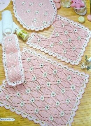 Jogo de banheiro de crochê rosa com flores pequenas