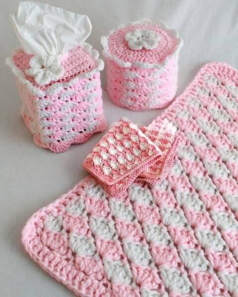 Jogo de banheiro de crochê rosa e branco