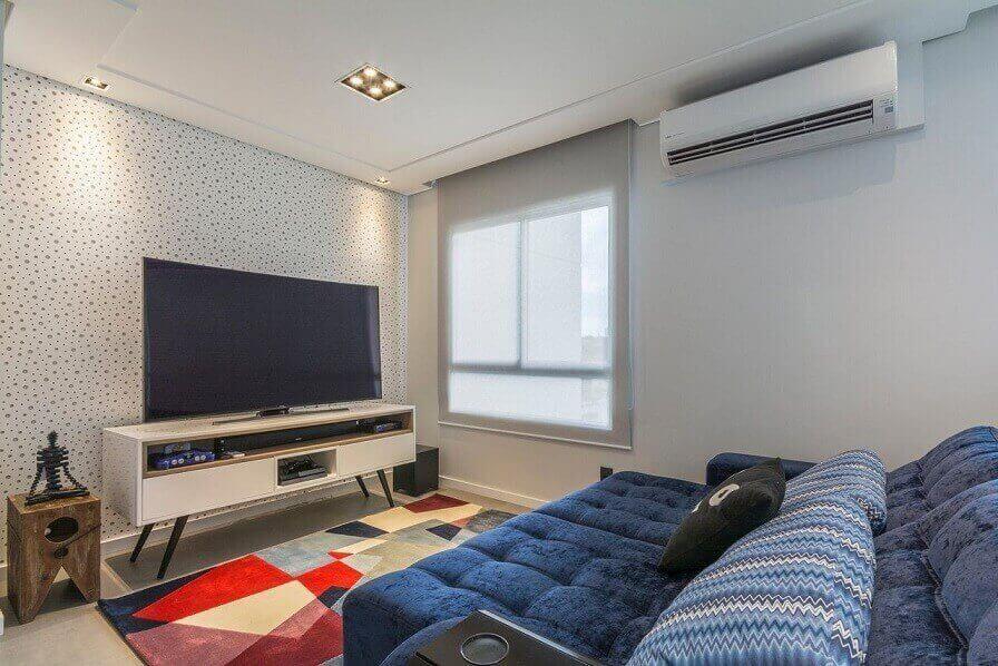Sala de TV com papel de parede de bolinha Projeto de Idealizzare Arquitetura