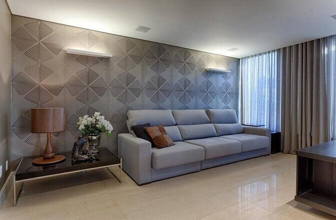 Sala-de-estar-com-papel-de-parede-cinza-e-estampa-parecida-com-folhas-Projeto-de-Mariana-e-Thaysa