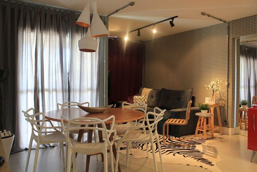 Sala de estar com papel de parede quadriculado Projeto de Casa On