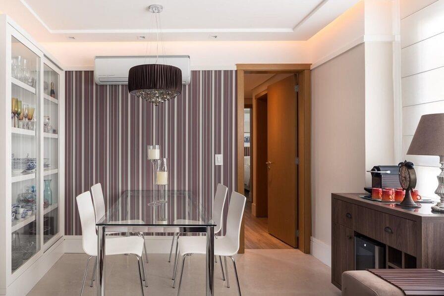 Sala de jantar com papel de parede listrado Projeto de Braccini Lima