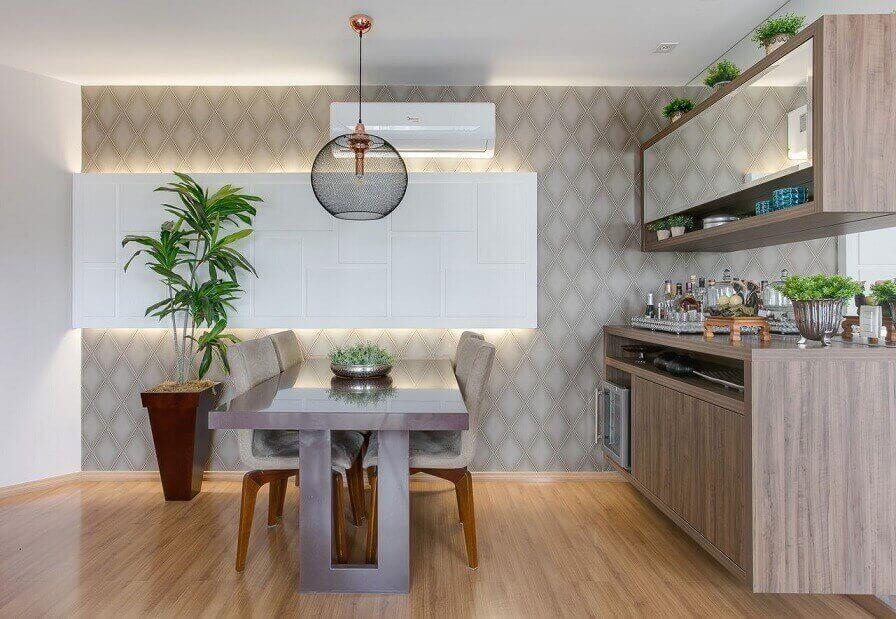 Sala de jantar neutra com papel de parede de losango bege Projeto de Claudia Comparin
