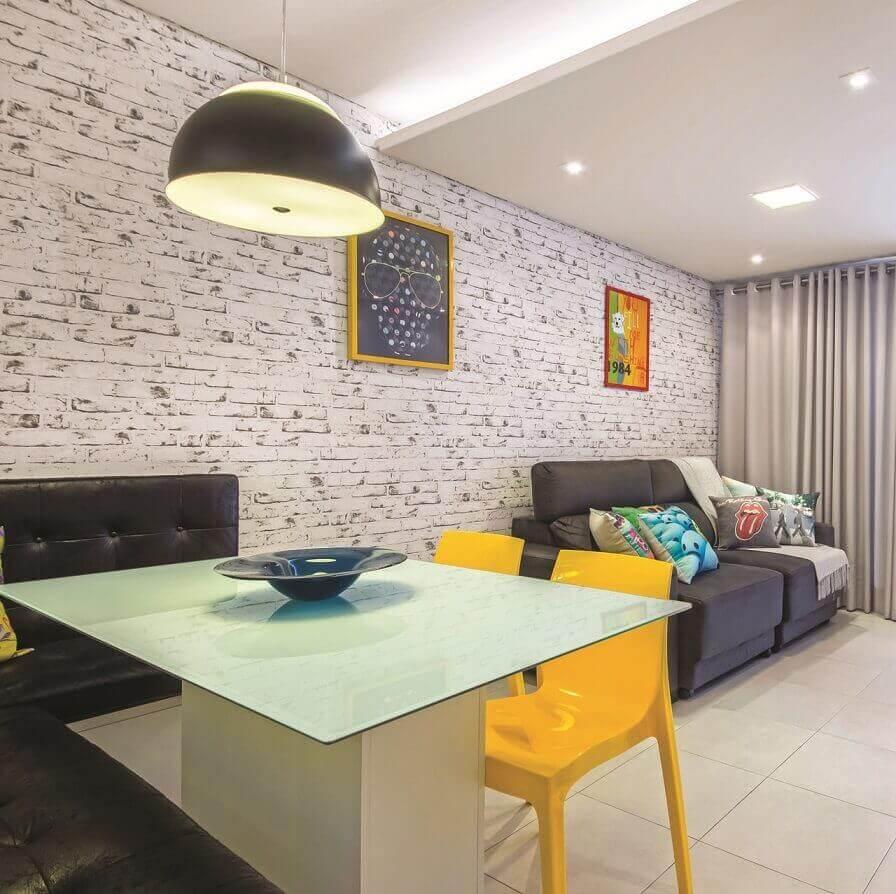 Sala integrada com papel de parede de tijolo Projeto de Carol Rivelli