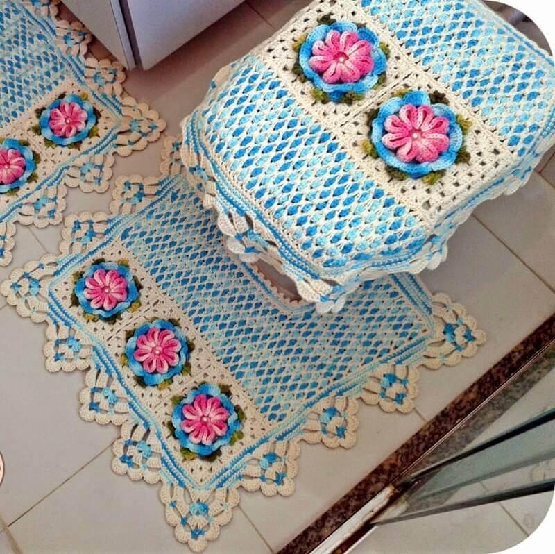 jogo de banheiro de crochê com flores em tons de azul e rosa