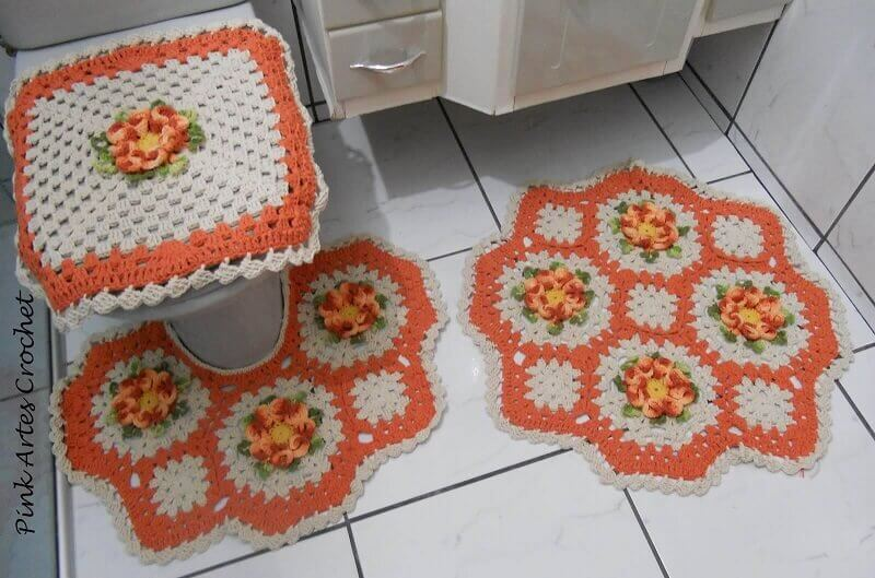 jogo de banheiro de crochê em tons de laranja e com formatos diferentes