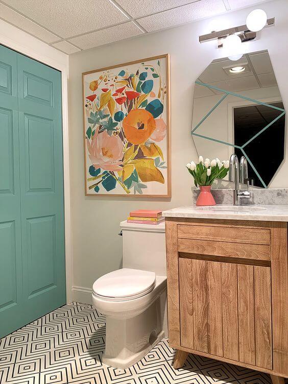 Reforma de banheiro colorido com quadros