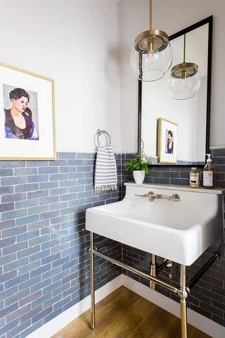 Reforma de banheiro estilo vintage com azulejos azuis