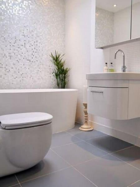 Porcelanato cinza e acetinado para reforma de banheiro