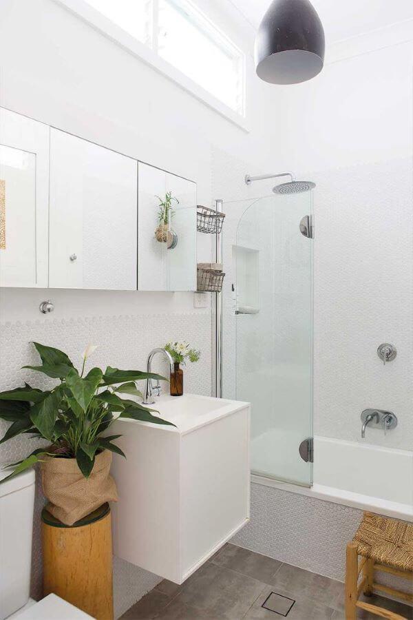 Reforma de banheiro com vaso de flores