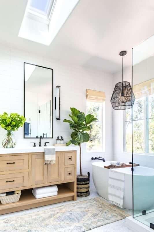 Reforma de banheiro com lustre aramado
