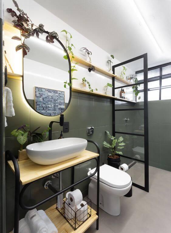 Reforma de banheiro com móveis de madeira e ferro