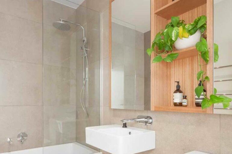Reforma de banheiro com chuveiro e banheiro - Via: Pinterest