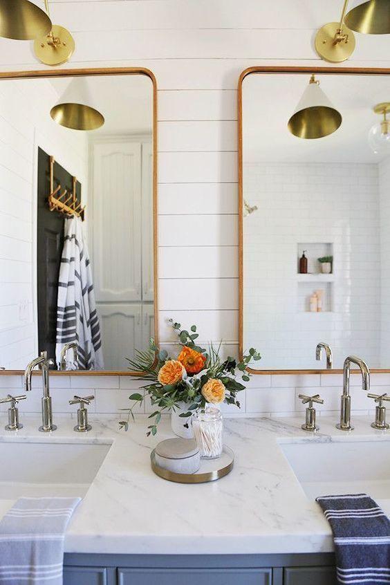 Reforma de banheiro com espelho dourado