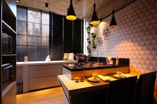Horta em casa suspensa na parede da cozinha Projeto de Ana Hamacek