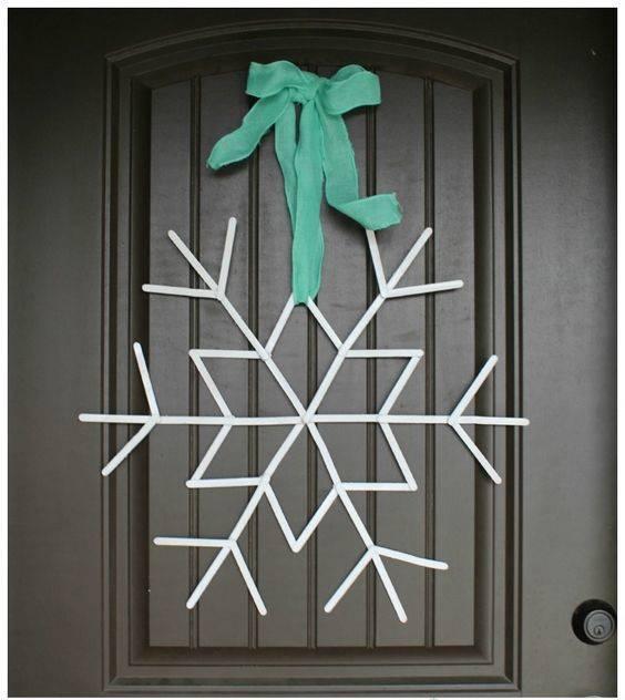 artesanato com palitos de sorvete floco de neve na porta