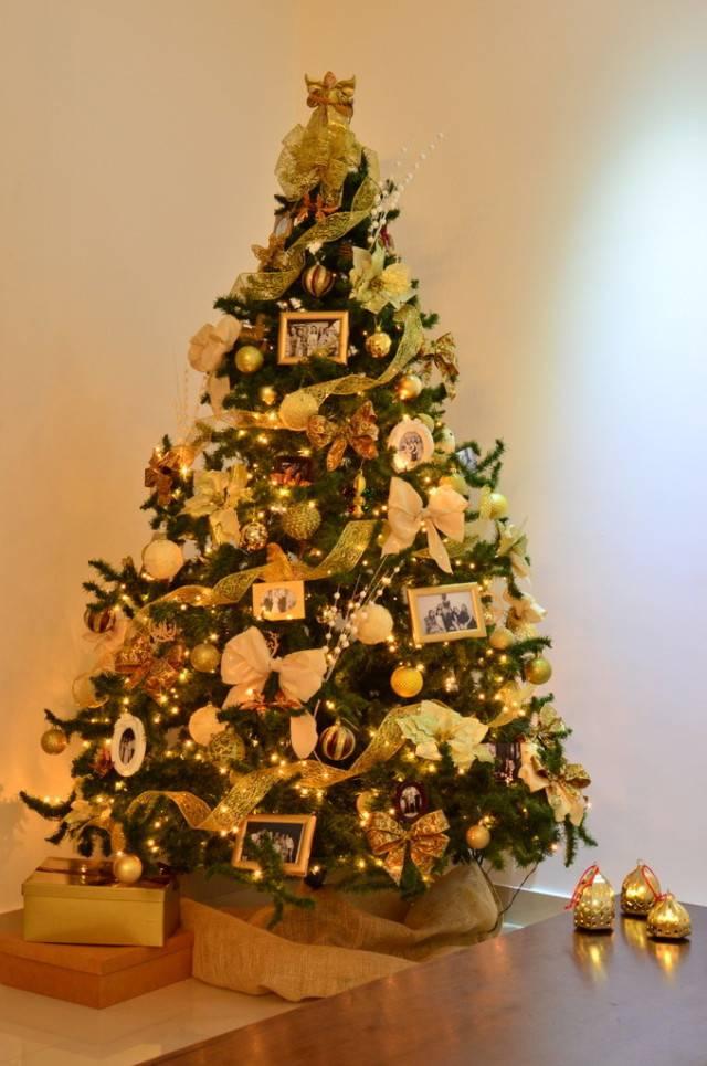 arvore de natal dourada com retratos