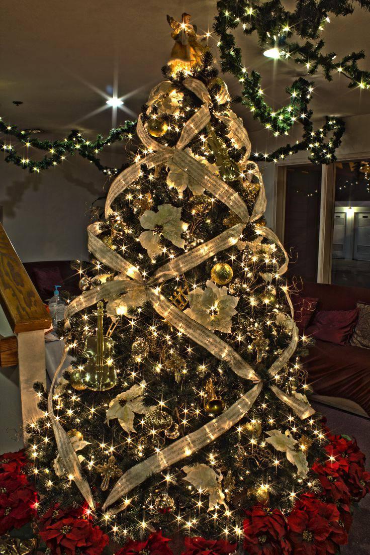 decoracao arvore de natal vermelha e dourada:Árvore de Natal com decoração de fitas, flores e bolinhas